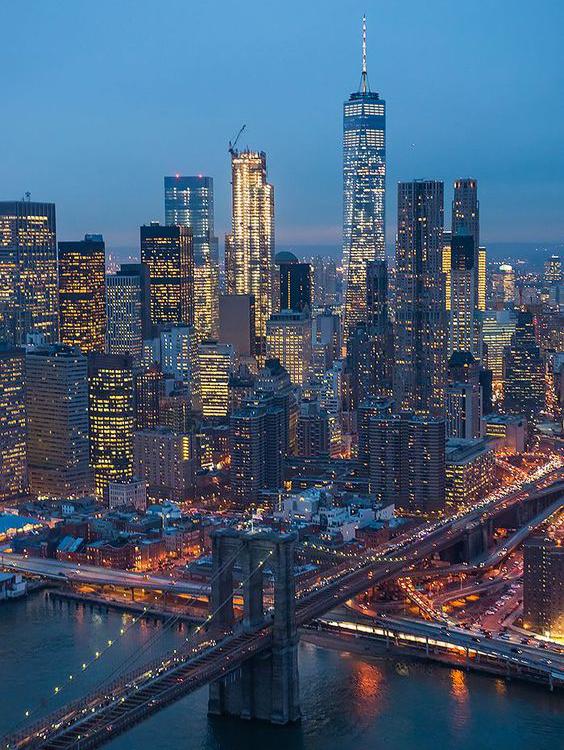 Thành phố New York về đêm rực rỡ ánh đèn với các tòa nhà cao chọc trời